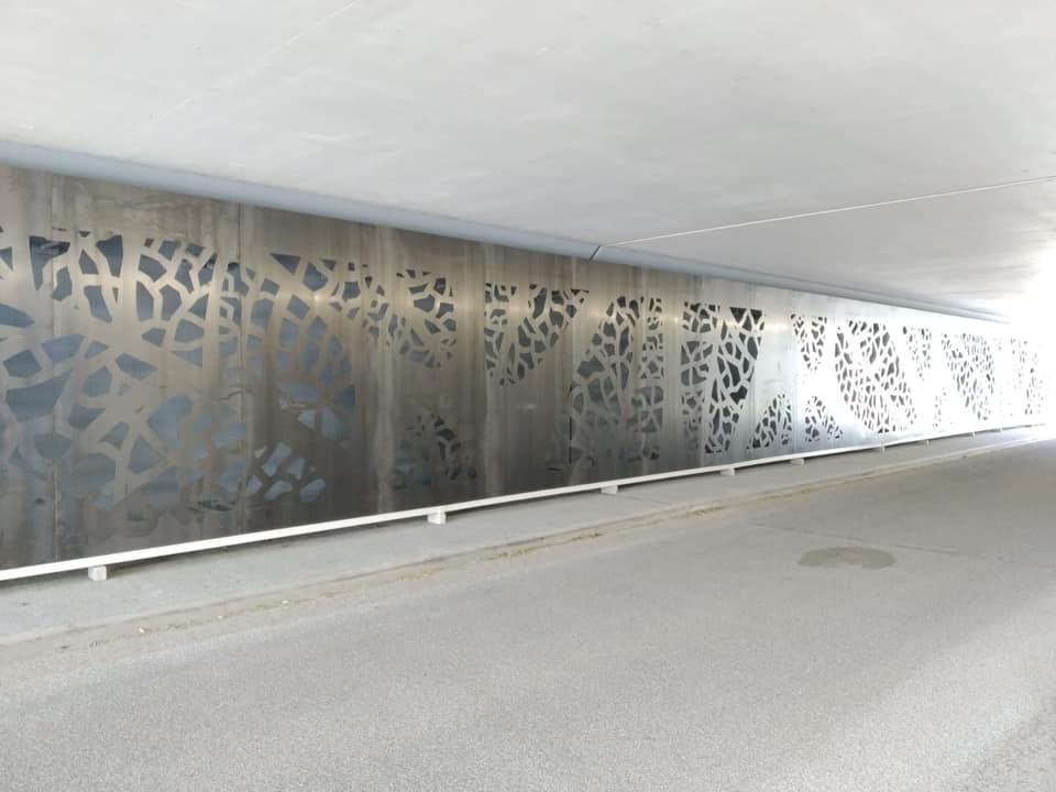 Metalen panelen met bladmotief aan wanden viaduct Parkweg