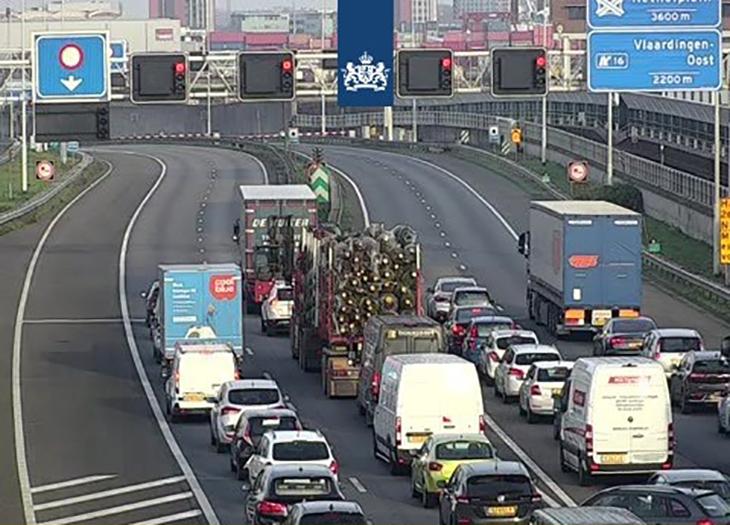 Beneluxtunnel dicht, vrachtwagen met kerstbomen te hoog