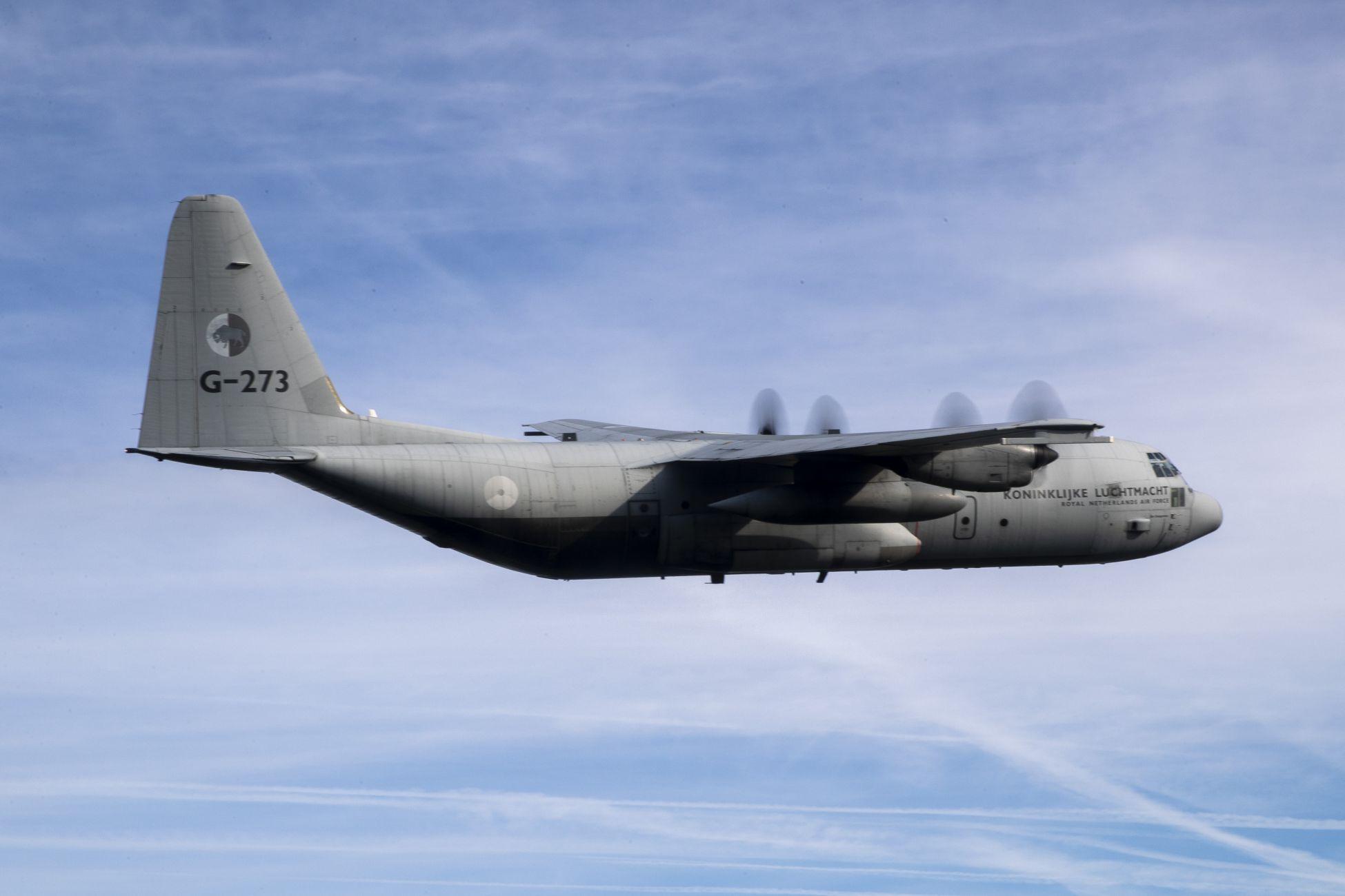 Herculesvliegtuigen laag over regio