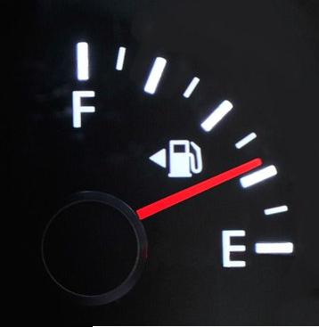 Waar is dat pijltje op de brandstofmeter voor?
