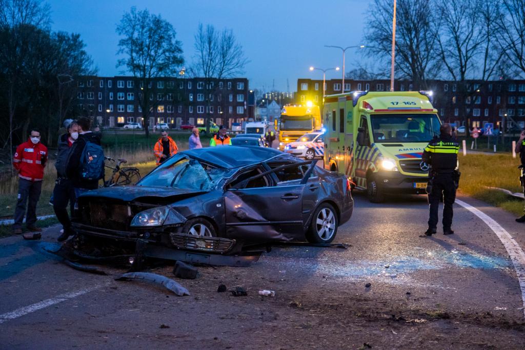 Auto over de kop bij zwaar ongeval afrit A4