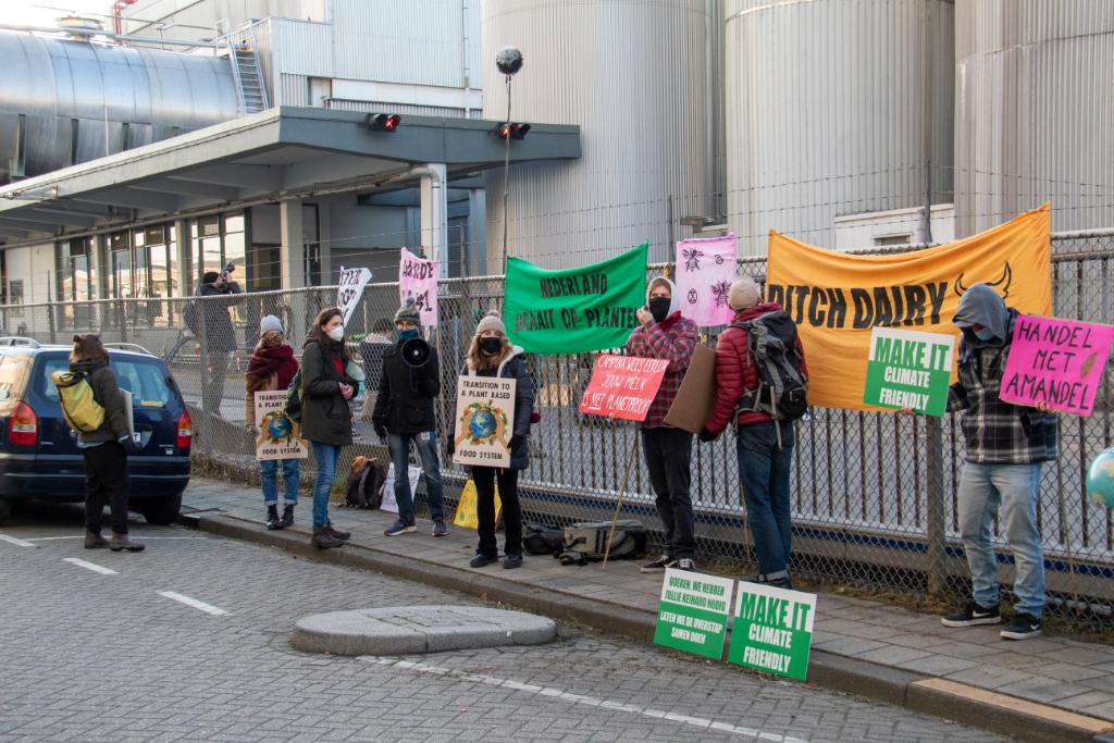Fabriek Friesland Campina bezet door activisten