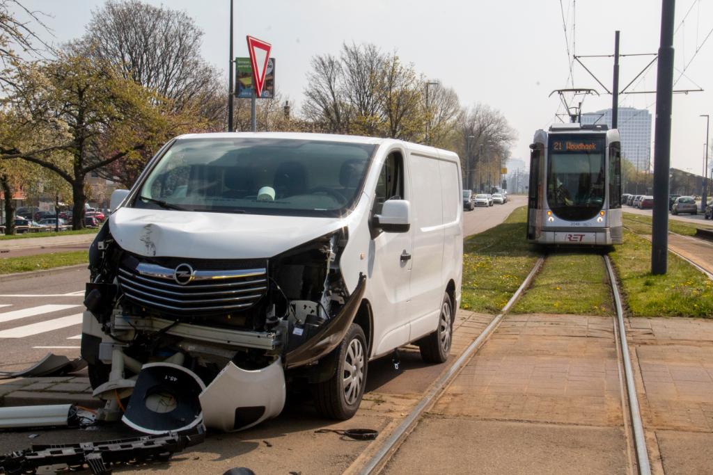 Bestuurder rijdt verkeerslicht om; tramverkeer gestremd