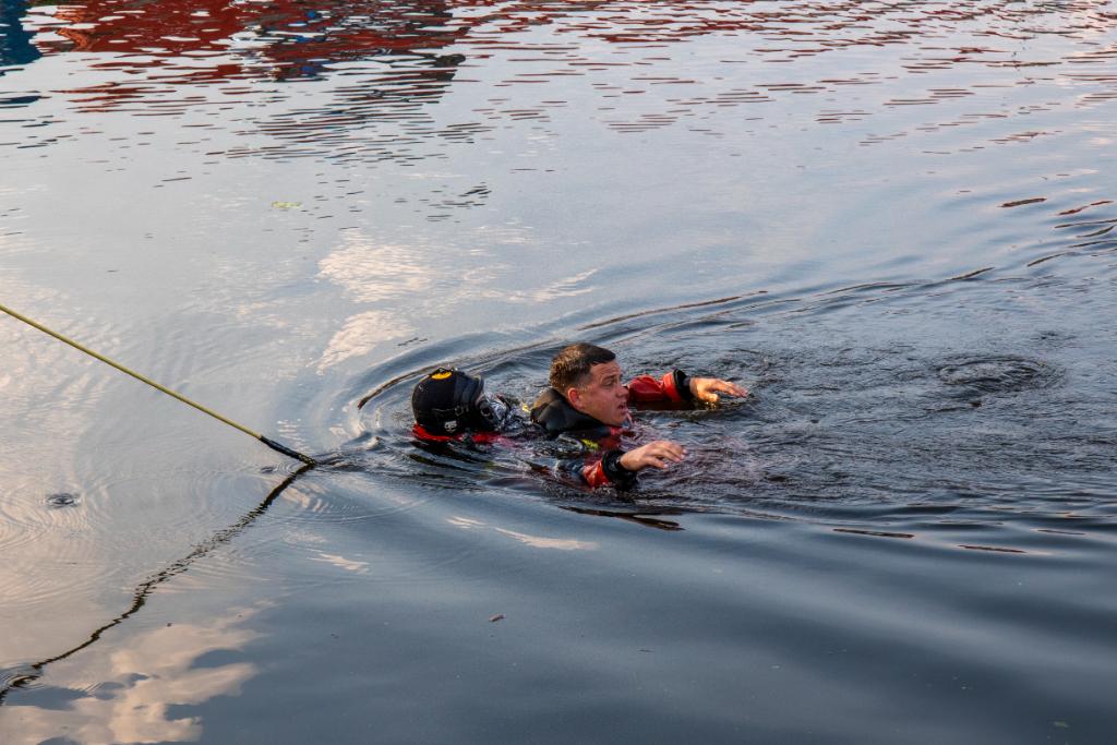 In het water gefietste pop gered bij duikoefening brandweer