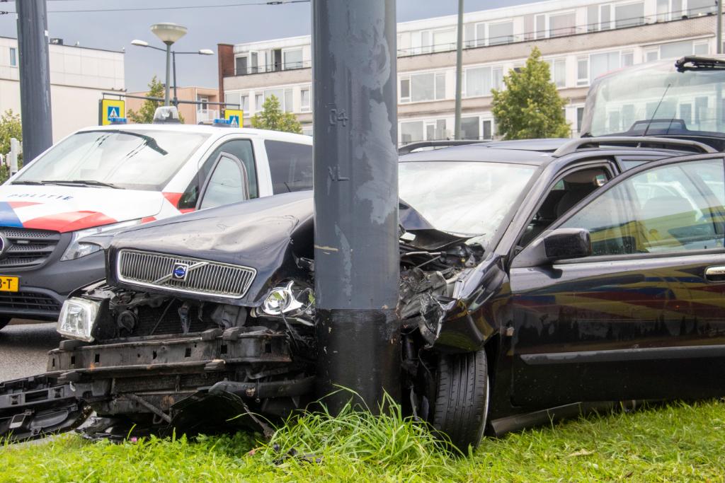 Auto knalt tegen paal na eenzijdig ongeval bij Nieuwlandplein