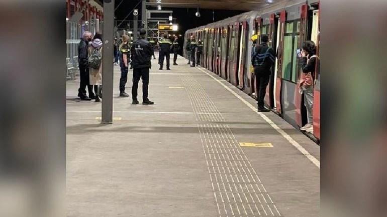 Politie haalt groep jongeren uit metro - drie arrestaties