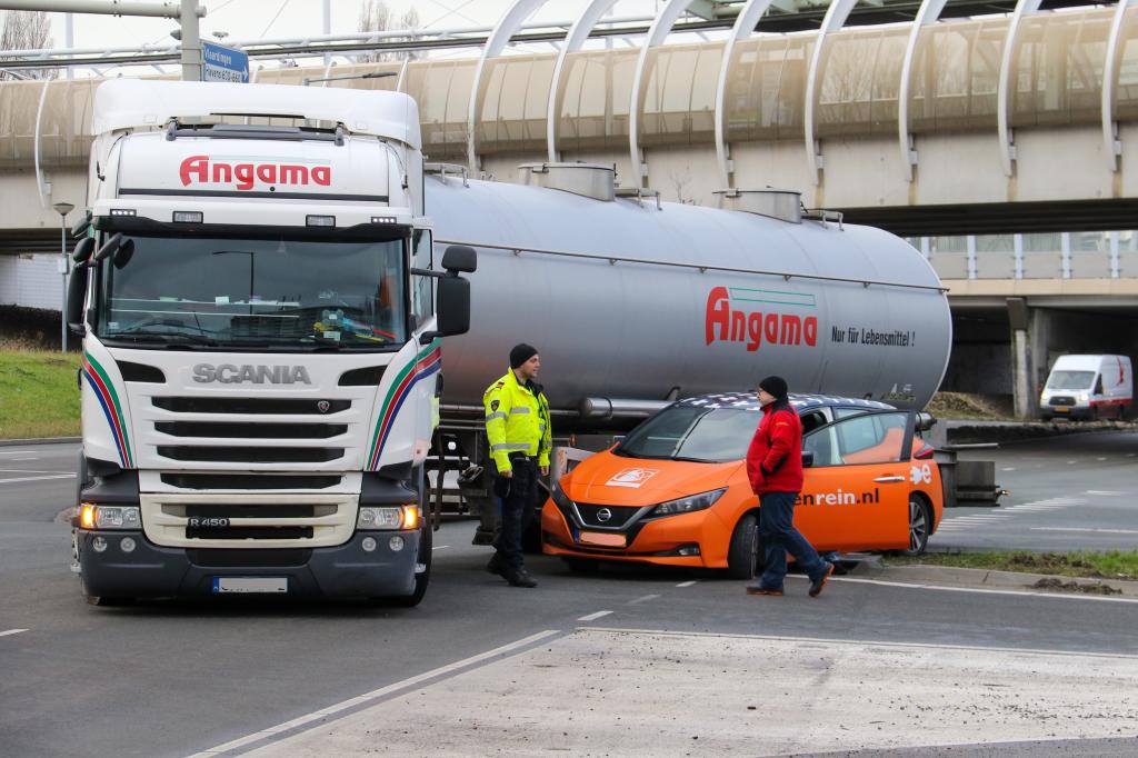 Klem naast kerende vrachtwagen
