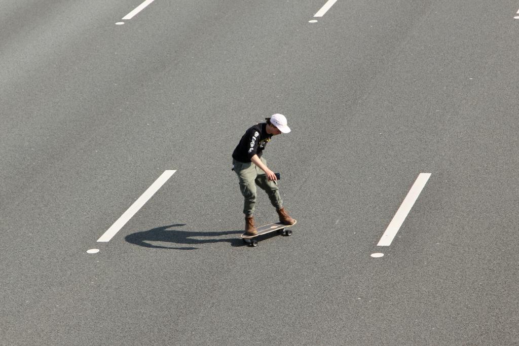 Skateboarder maakt ritje over lege A4