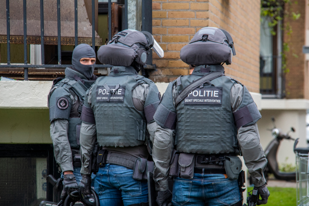 Arrestatieteam valt woning binnen na vuurwapendreiging