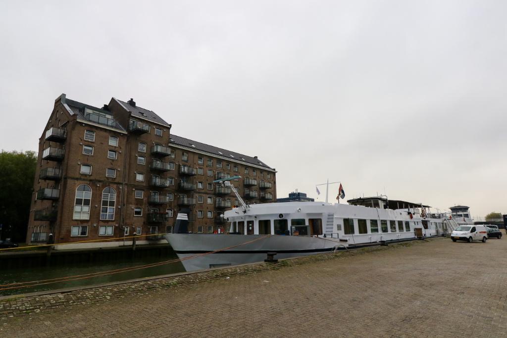 Hotelschip meert af aan Oosthavenkade