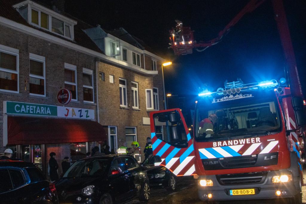 Bewoner steekt dak in brand bij reparatiewerkzaamheden