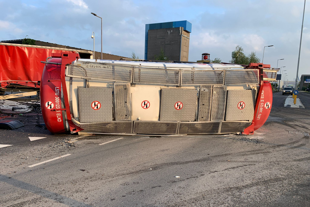 Tankwagen gekanteld bij botsing met oplegger