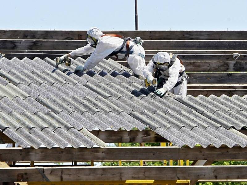 DCMR dwingt tot sanering na melding via asbesttelefoon