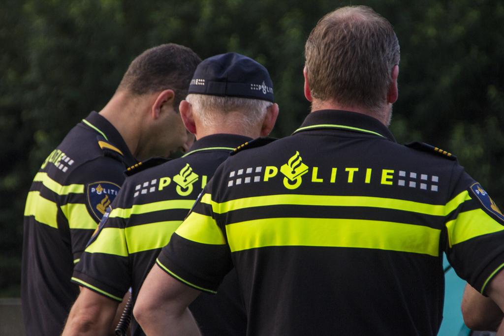 Man mishandelt politiemensen