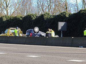 Aanrijding A20: auto komt op dak tot stilstand