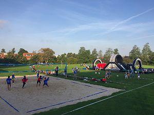 Basisschool Het Christal bestormt sportveld 't Groen