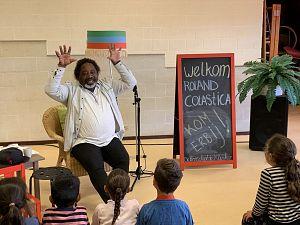Schrijver Roland Colastica op Daltonschool De Klinker
