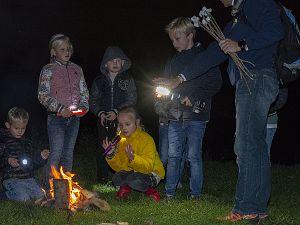 Kinderen dwalen in het duister