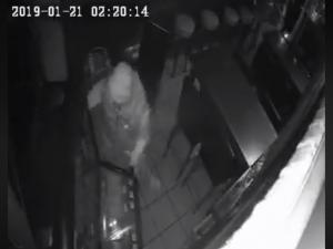 Inbreker vertrekt met pijnlijk been uit café