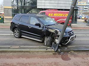 Auto botst tegen lantaarnpaal