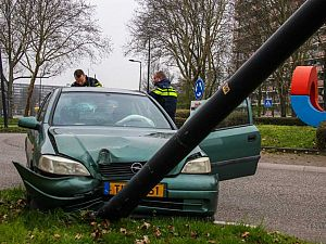 Automoblist ramt lantaarnpaal