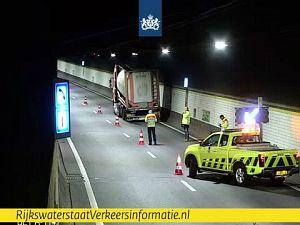 Vrachtwagen met lekke band: Beneluxtunnel deels dicht