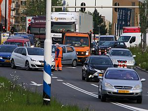 Boze automobilist koelt woede op wegwerkers