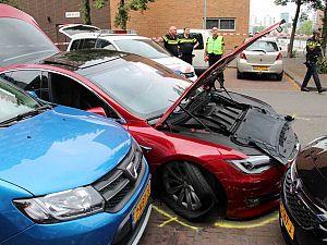 Politie rijdt in Vlaardingen gestolen Tesla klem