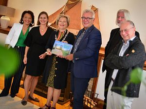 1e exemplaar jubileumboek  Groen van Prinstererlyceum voor burgemeester