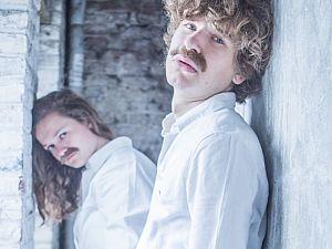 Talentvol cabaretduo Grof Geschud debuteert met Lijmen