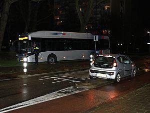 Bus rijdt zich vast op Dillenburgsingel