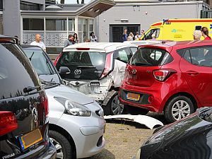 Automobilist rijdt vrouw aan op parkeerterrein