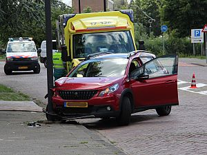 Automobilist komt tegen paal tot stilstand