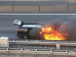 Auto vliegt in brand bij Beneluxtunnel