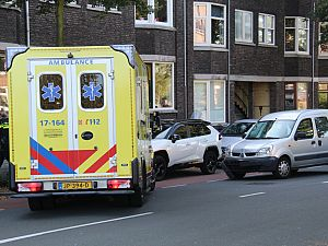 Zwangere vrouw in  ambulance na aanrijding