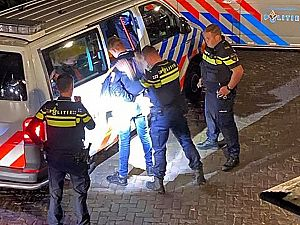 Politie 'tackelt' scooterrijder