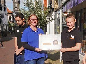 Jonge ondernemers Lentiz schenken cheque voor goed doel