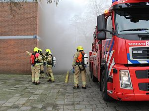 Bewoners met hoogwerker uit brandende flat gehaald