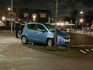 Vrouw schat bocht verkeerd in, auto stuk!