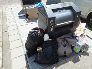 Haken en ogen aan adoptie vuilcontainers