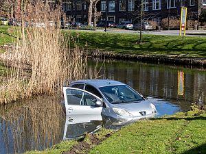 Auto belandt in sloot langs de Hofsingel