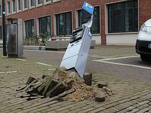 Parkeermeter uit de grond gereden aan de Waalstraat