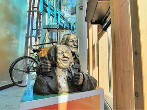 Borstbeeld Bassie en Adriaan in vensterbank Stadsgehoorzaal