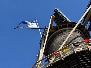 Molen Aeolus steekt de vlag uit