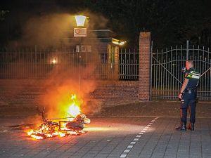 Scooter in brand aan de Spoorsingel