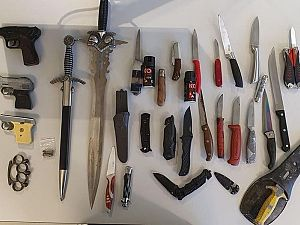 Politie toont ingeleverde wapens