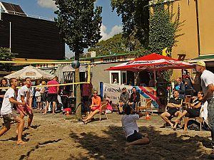 Een straat vol zand voor het Oporto Open Beachvolleybaltoernooi