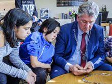Leerlingen weekendschool 'Petje af' bezoeken stadhuis