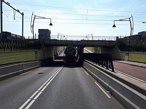 Betonwagen vast onder tunnel Maaspoort