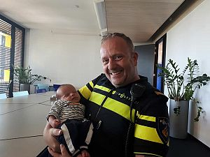 Politie helpt hoogzwangere vrouw uit file